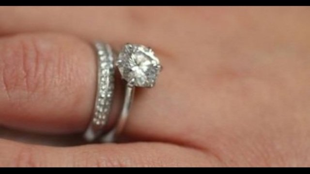 Woman thanks garbage men who helped search through trash to find missing wedding rings