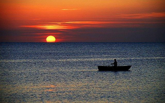 лодка переплывающая океан