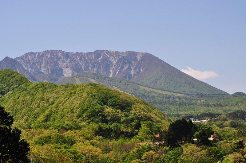 大山町 香取高原から見た大山北壁 https://t.co/gE890BGgSB