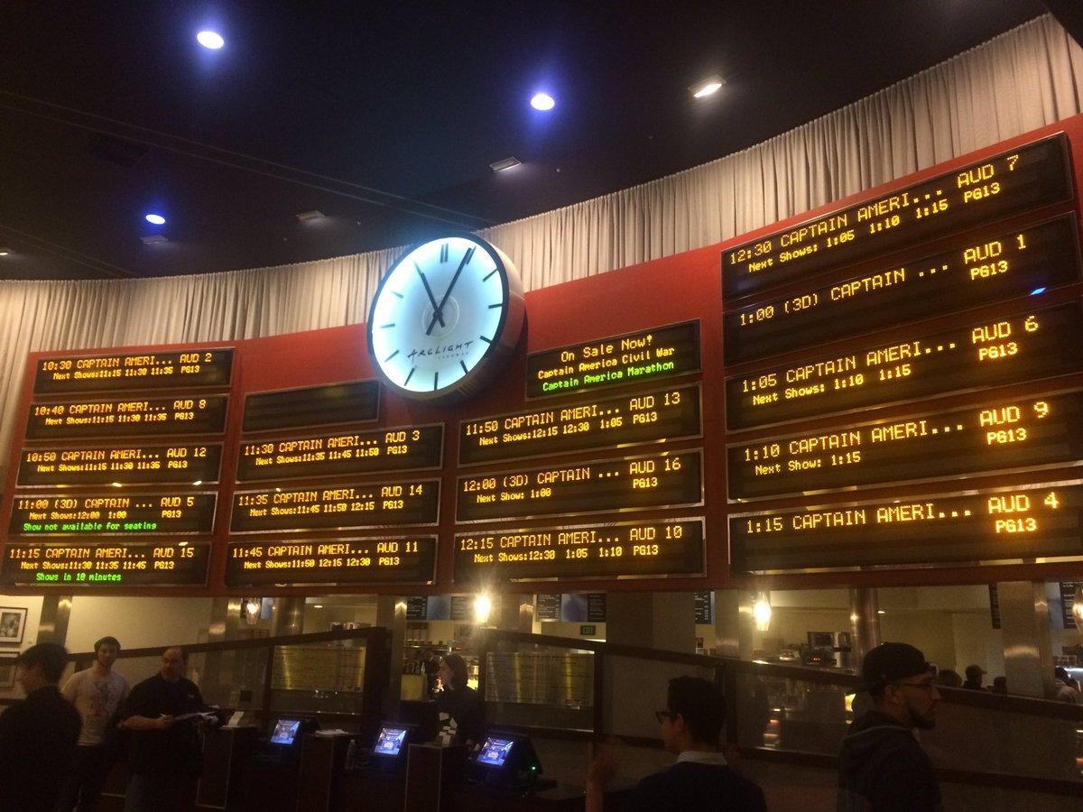 よく見てみて下さい この電光掲示。  劇場の全スクリーンの上映スケジュールが、  『CAPTAIN AMERICA …』  なんです! 先行上映で、すでに興収凄いでしょうね