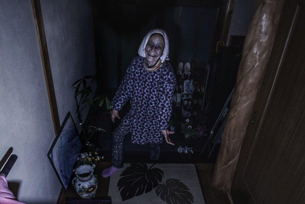 私のばーちゃんが屍人化しました。 ストロボ練習〜!普段はかわいいばーちゃんです #SIREN