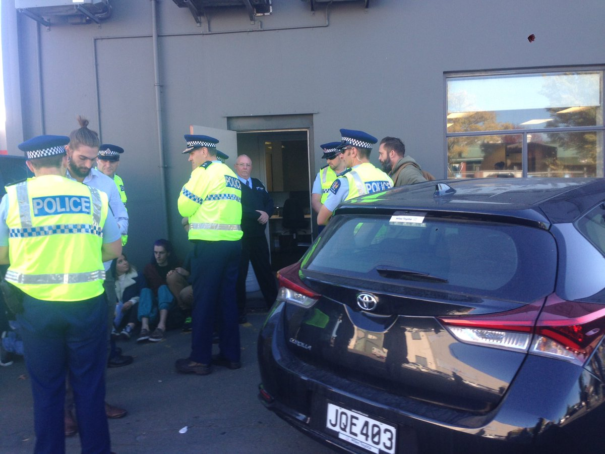 Police are recommending that customers go and find other ANZ branches! #breakfree2016 #breakfreenz https://t.co/RUrEbuMEaS