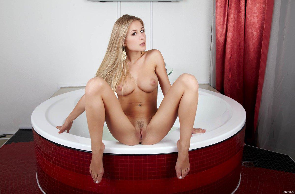 Красиво раздвинула ножки в ванной фото