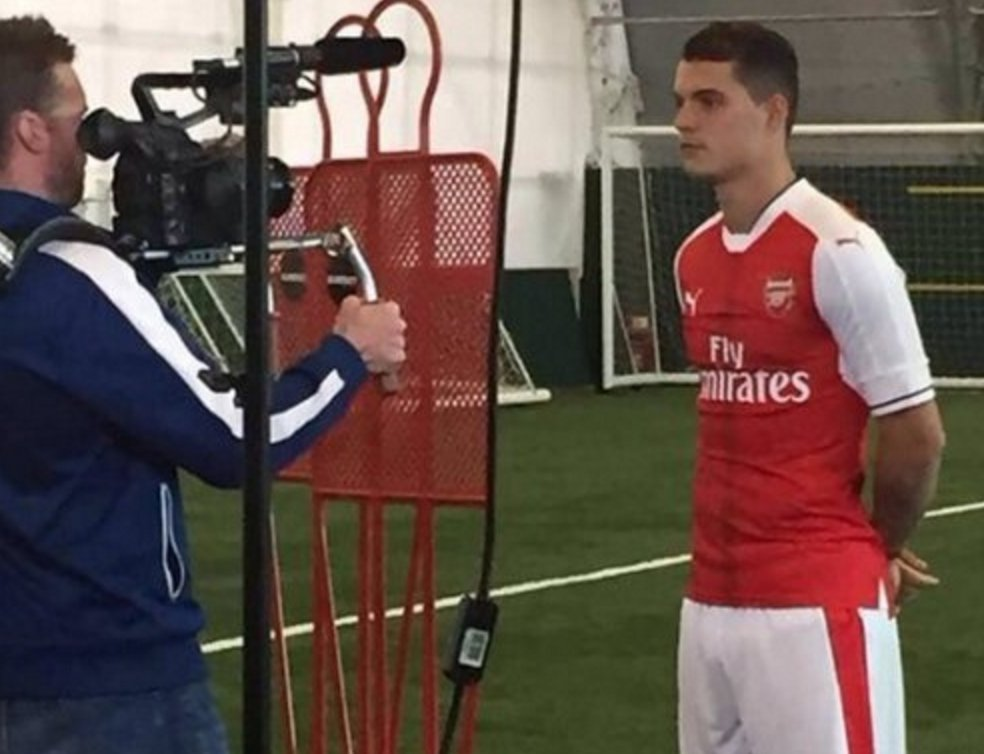 Pictures leak on Twitter of Granit Xhaka's imminent move from Gladbach to Arsenal. (Via @SupremeAFC) https://t.co/Erc1RCayOL