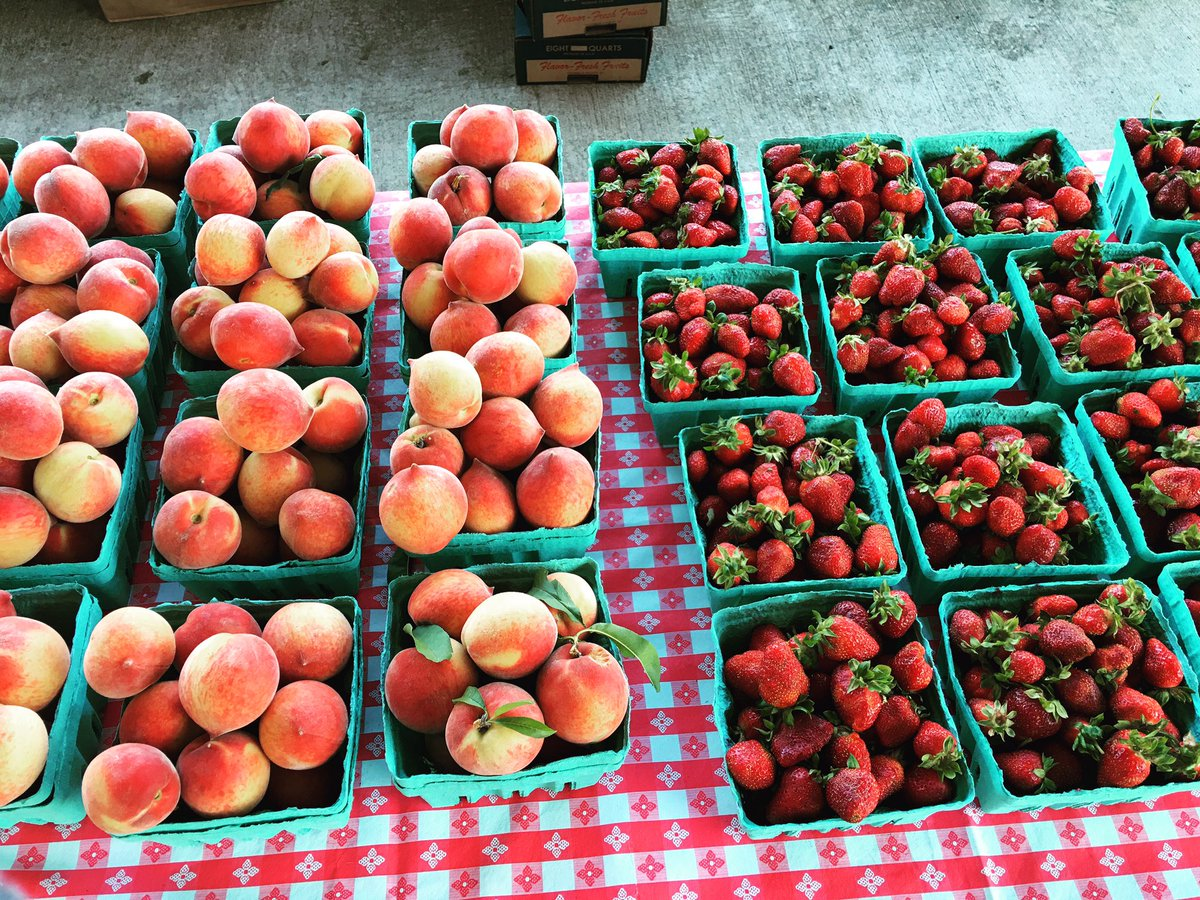 Can you handle strawberries AND peaches!?!? It's a great day at the market! https://t.co/RAtZVo5CMo