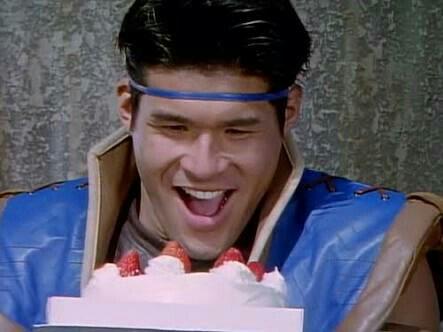 嬉しそうにケーキを見る照英
