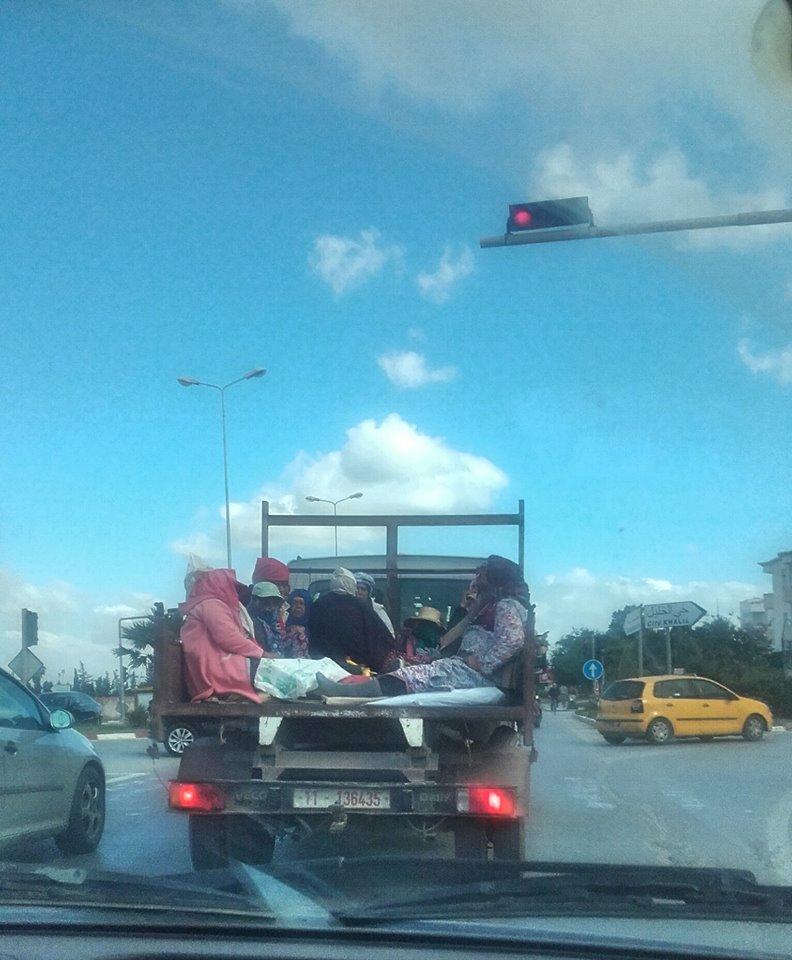 En plein Tunis, Route de Gammarth, voici comment le Ministère de l'Agriculture s'occupe du transport des employées https://t.co/Tirj8d18zb