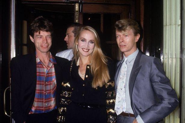 Nella foto Mick Jagger, sua moglie Jerry Hall e David Bowie