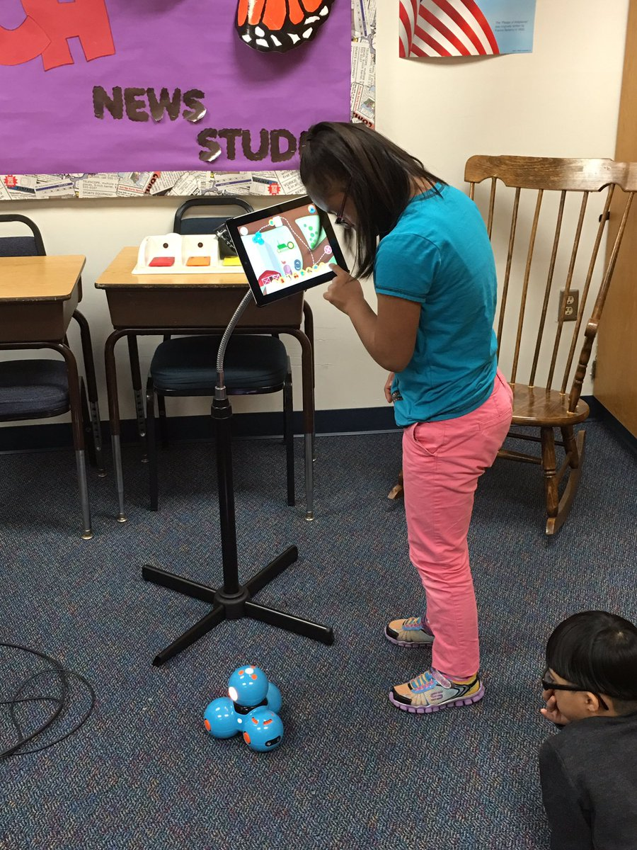We met Dash the Robot today...Kids loved making him go!!!<a target='_blank' href='http://twitter.com/APSLibrarians'>@APSLibrarians</a> <a target='_blank' href='http://search.twitter.com/search?q=StratfordRocks'><a target='_blank' href='https://twitter.com/hashtag/StratfordRocks?src=hash'>#StratfordRocks</a></a> <a target='_blank' href='https://t.co/wkgkIcrIqh'>https://t.co/wkgkIcrIqh</a>