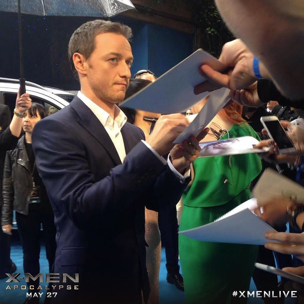 #JamesMcAvoy greets fans on the red carpet at the #XMen: #Apocalypse Global Fan Screening. #XMenLive #ProfessorX #C… https://t.co/AmoM5p2al2