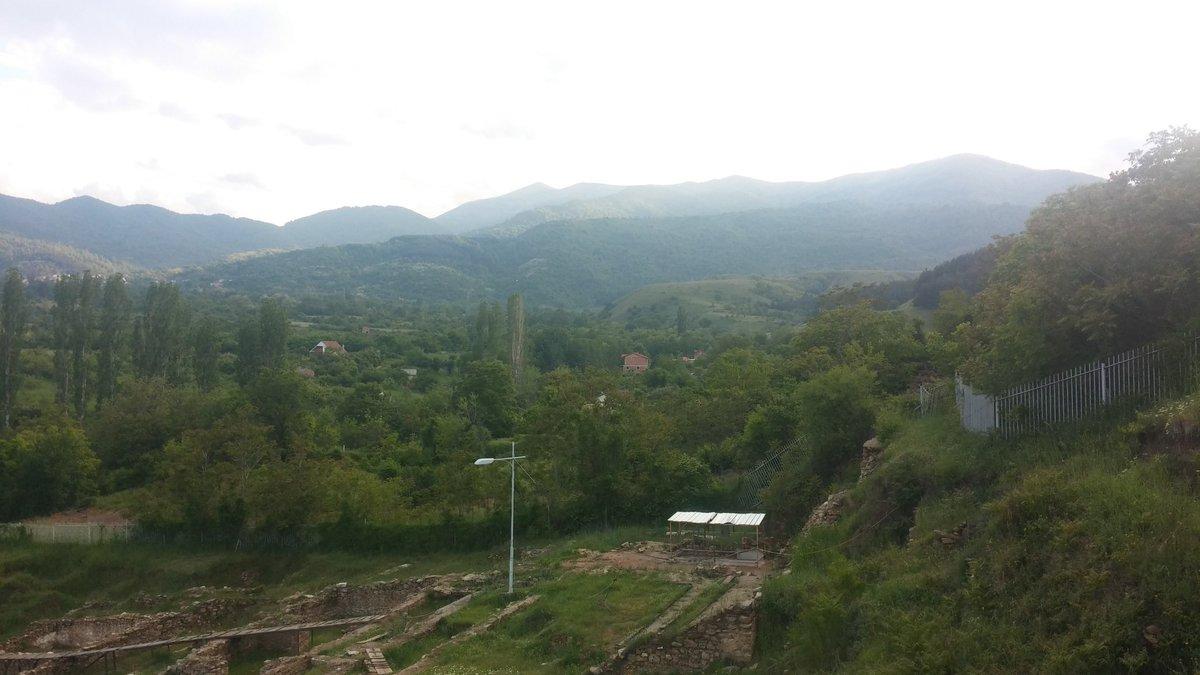Depuis les ruines d'Heraclea notre guide nous montre la direction de la Grèce. Thessalonique est à 150 km. https://t.co/nN8uwENzzi