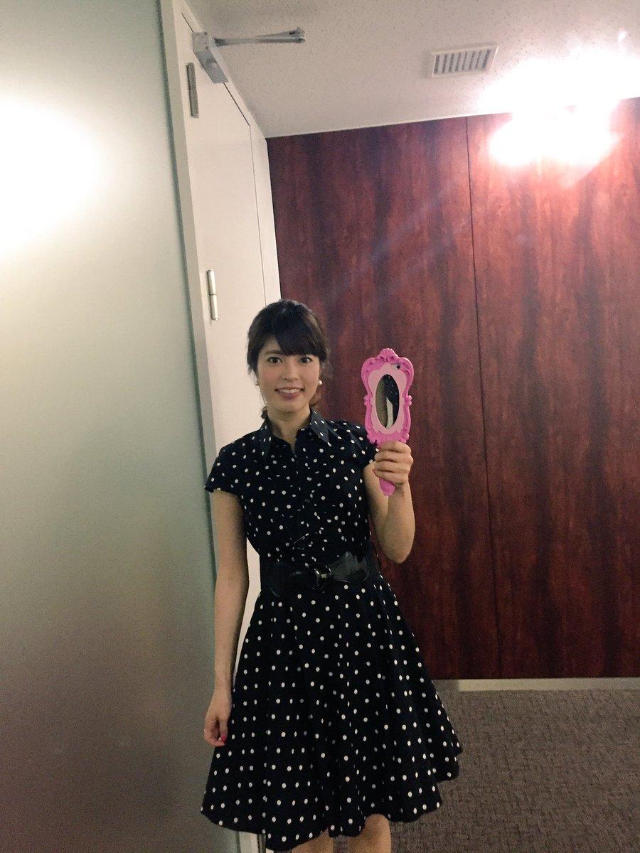 黒地に白の水玉のワンピースを着ている神田愛花アナの画像