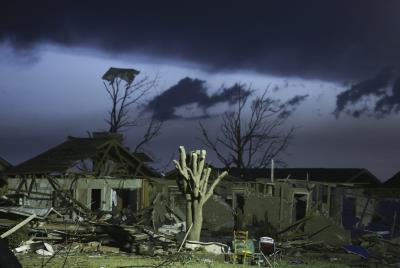 DEVASTADORES TORNADOS AZOTAN OKLAHOMA