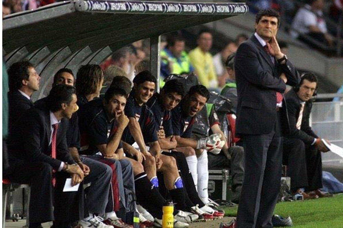 Hoy hace 10 años de la 1ªUEFA @SevillaFC 2º por la izqda @cristobalsoria 1º por la dcha, yo... Bonitos recuerdos https://t.co/sznQjHI4SN
