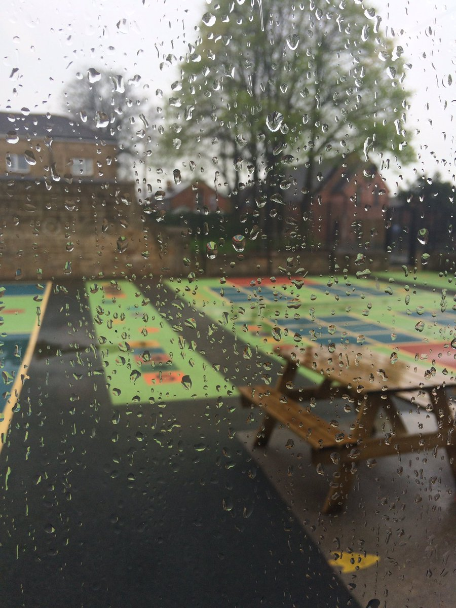 Oh dear, after such beautiful weather yesterday we have got very heavy rain this afternoon! ☔️☔️☔️🇬🇧 @slblackburnsth https://t.co/QBAVB7FORP