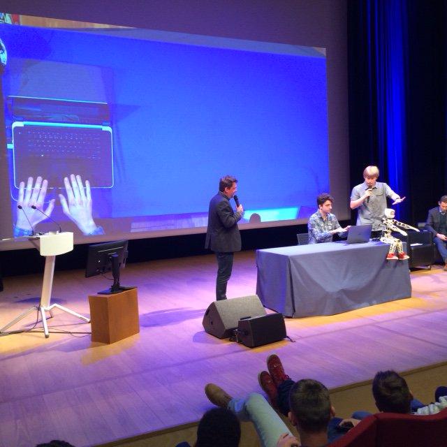 Un chanceux a pu tester à son tour le programme utilisant la techno @LeapMotion pour contrôler Poppy! #EchosEDS https://t.co/vKV1gcxa6O
