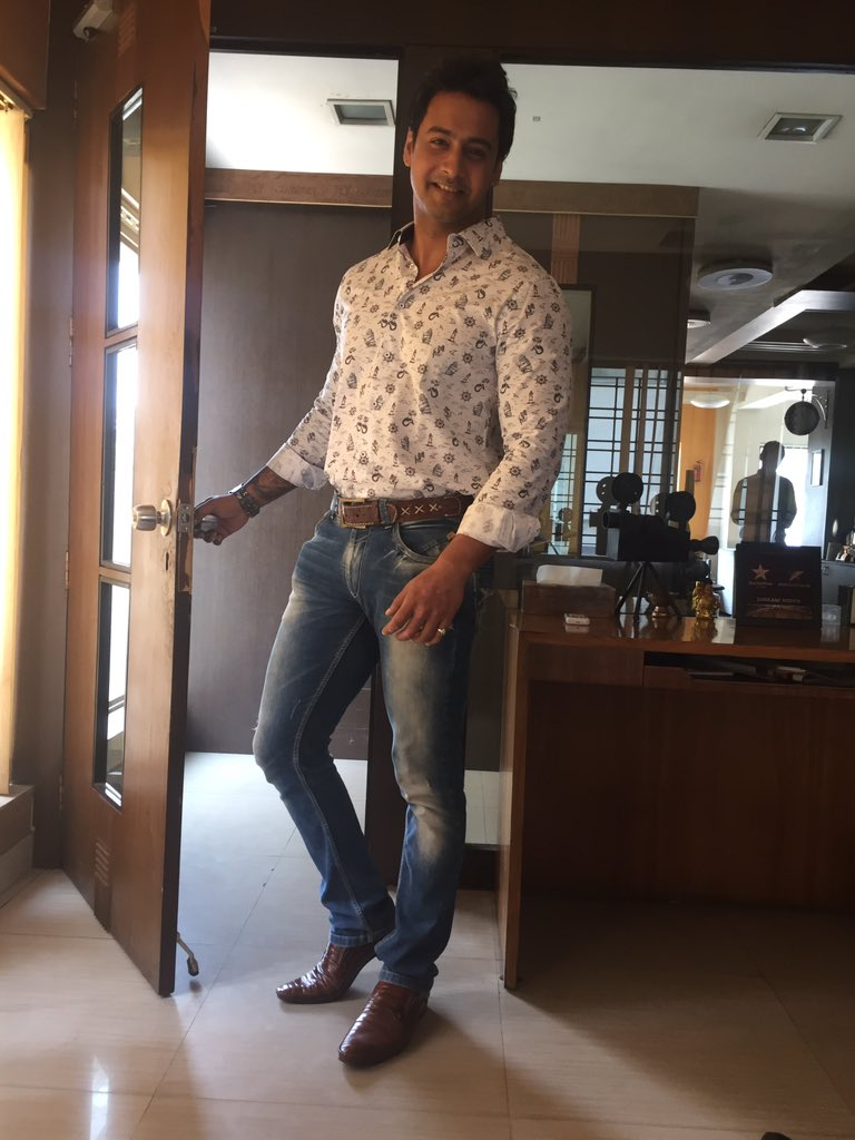 Breaking News- So @Yash_Dasgupta fans, this is it.He's ready with his film debut with @BirsaDasgupta as the director https://t.co/PG3CHxXzCX