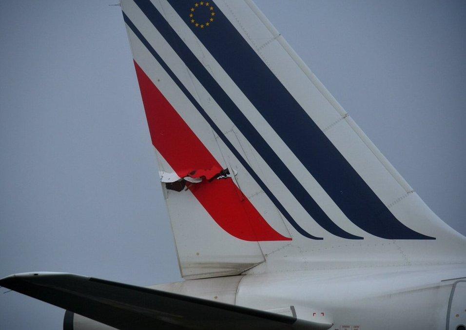 Roissy-Charles De Gaulle : deux avions d'Air France s'accrochent sur la piste  CiKF160XIAAAsyK
