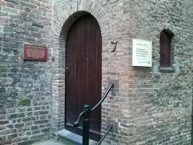 De poort is nog heel ff dicht maar achter deze dikke deur is de Kanunnikenzaal waar de reis begint! #contentcafe ^BE https://t.co/QwmR8We6hv