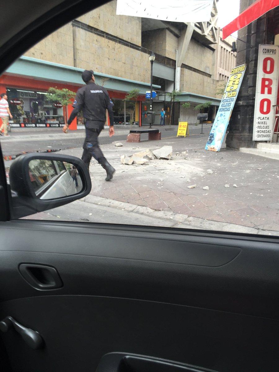 Parte de fachadas de edificios en el centro de la ciudad caen debido al temblor https://t.co/eiZ4h7orCl