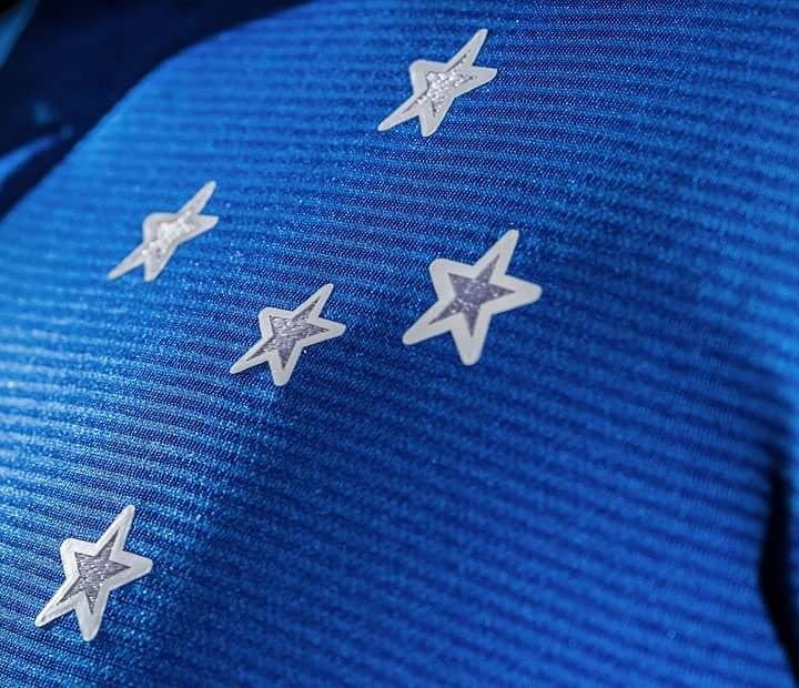 Falta pouco para o grande lançamento! Enquanto isso, aí vai um detalhe da camisa Home. @Cruzeiro  #CruzeiroUmbro https://t.co/U5fbecK805