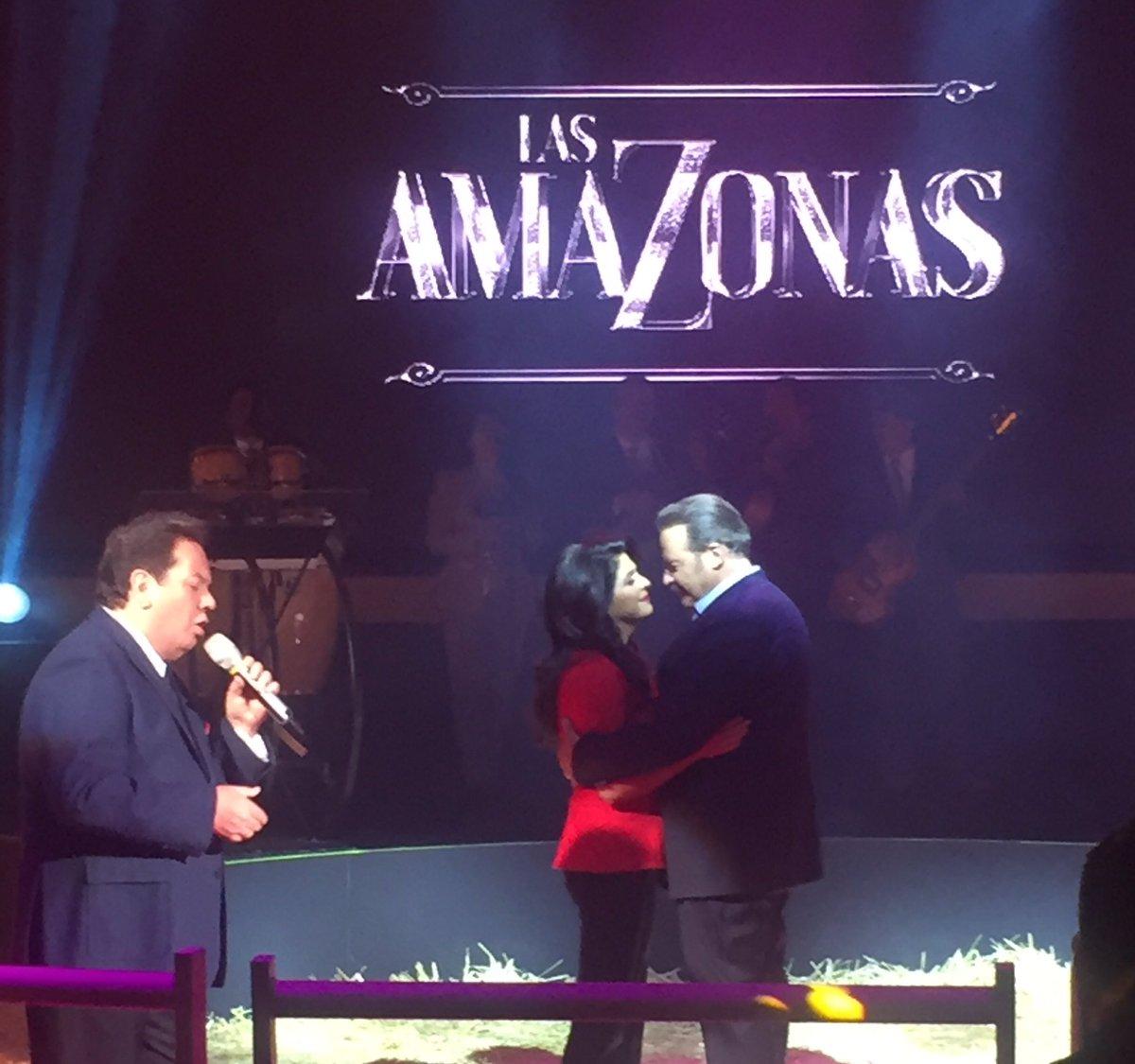 Ya en la presentación de #LasAmazonas @victoriaruffo31 @CesarEvoraP canta mi querido @COQUEMUNIZ https://t.co/zDLbXny3p5