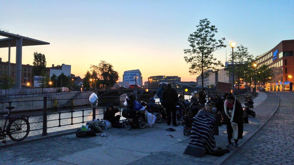 0447 Aktivist*innen halten durch Die Wachen können gleich #Sonnenaufgang genießen 🌞 #Reichstagufer  #NichtMeinGesetz https://t.co/9NpHrHbl54