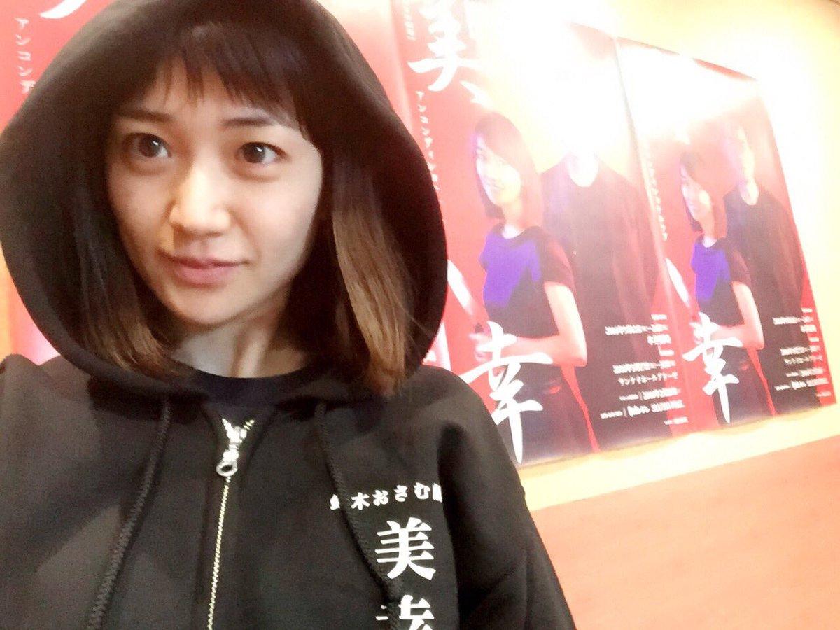 黒いパーカーの大島優子