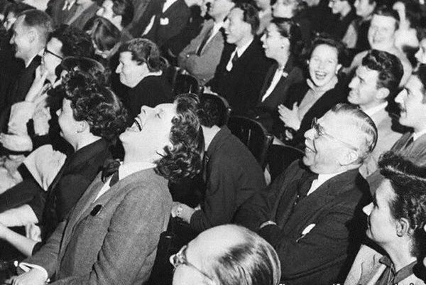 """معلومات تُذهلك!! a Twitter: """"معظم الضحكات التي تسمعها في البرامج  التلفزيونية سجلت عام 1950م ، بمعنى انك تسمع ضحكات �£شخاص موتى ! -  https://t.co/rBRrxLEUqE"""""""