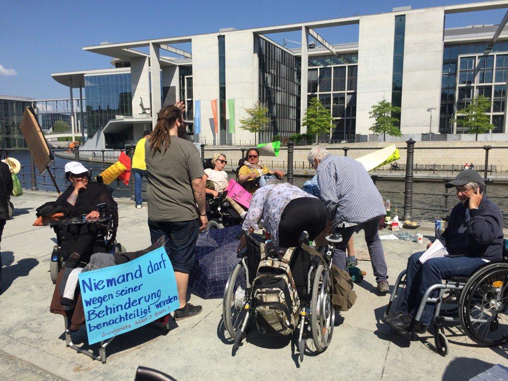Auf dem Weg zum Plenum kurz aber nett aufgehalten worden. Demo gegen das neue #Teilhabegesetz  #nichtmeingesetz https://t.co/L2ZicGSKC0