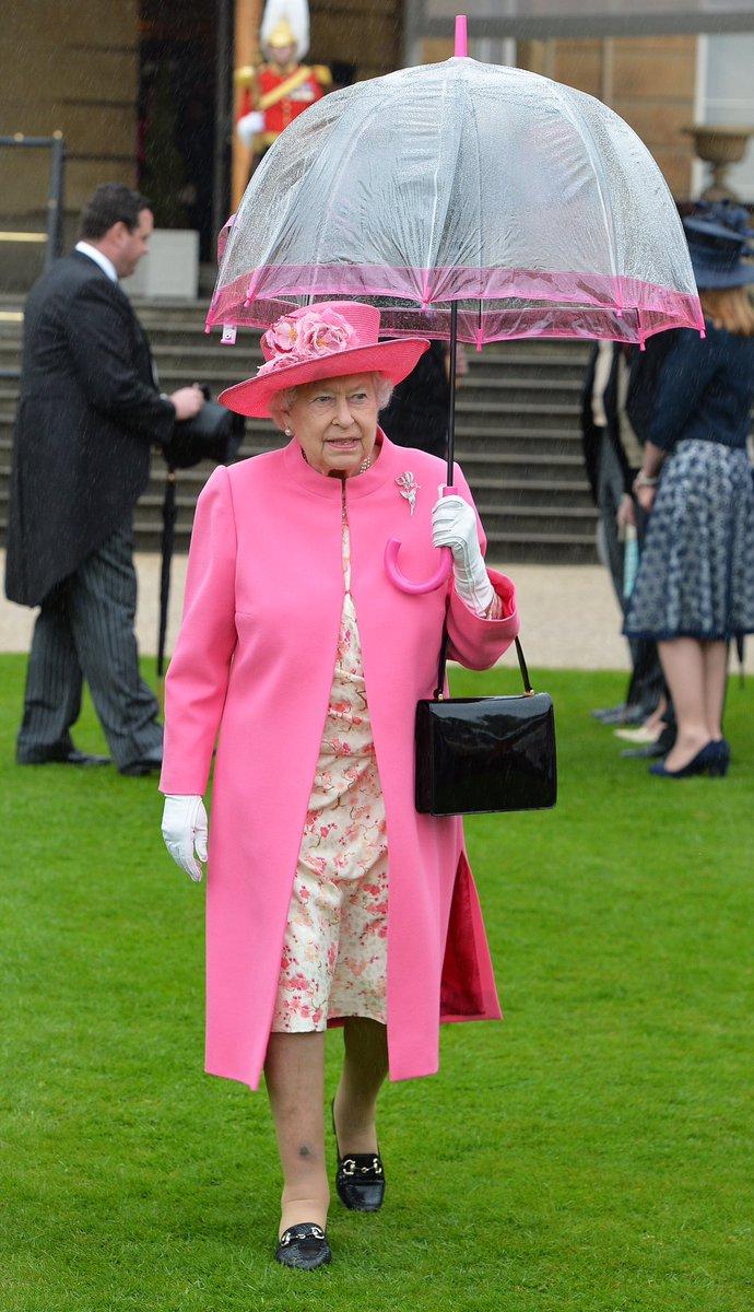 エリザベス女王の傘がかわいすぎてニュースが入ってこない。 https://t.co/SlAq3UQGlq