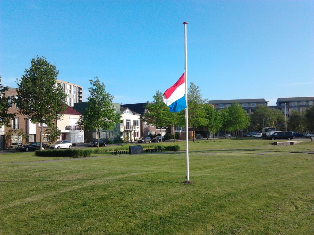 In #Roombeek #Enschede hangt de vlag halfstok. Vanmiddag wordt de #vuurwerkramp herdacht, nu 16 jaar geleden. https://t.co/swvXU35djz