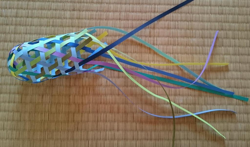 紙テープを編んでカーボンナノチューブのモデルができないかなと思ったのだが、どっちかというとカラフルな大腸菌を作ってしまった気がする。 https://t.co/yW7OgeTJYW