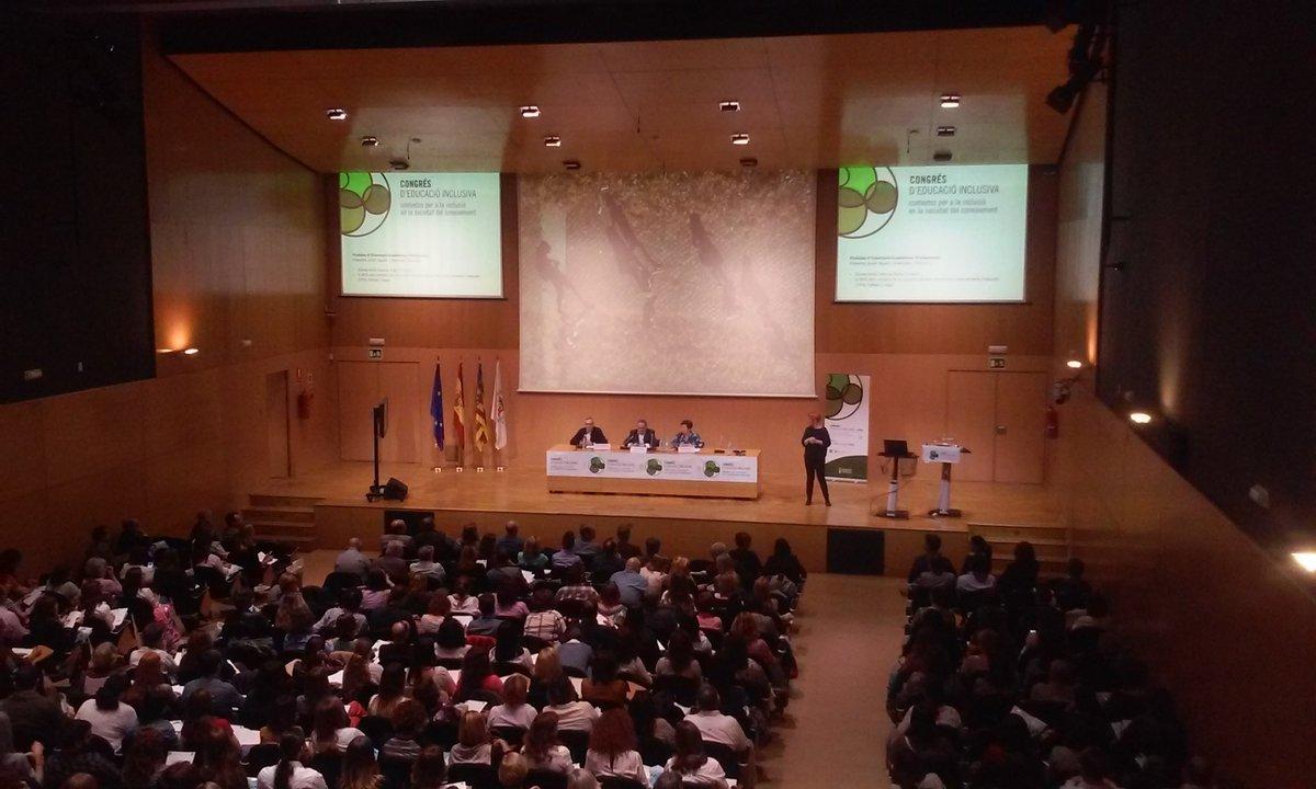 """Primera """"píldora"""" para la inclusión educativa. Javier Agustí presenta. El salón de actos al máximo  #Eduinclusiva16 https://t.co/oynsRr1ZKT"""