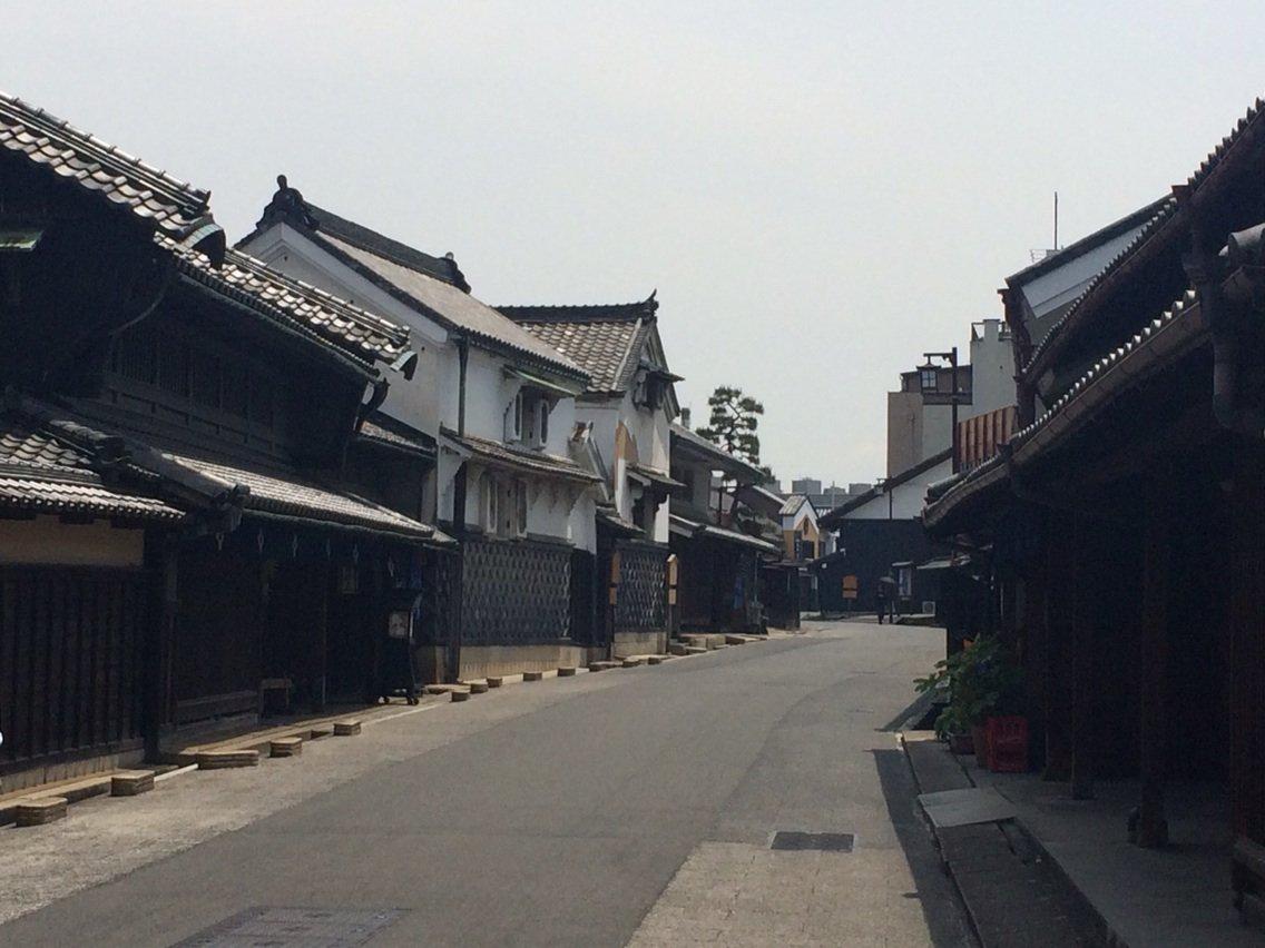 名古屋市に入りました。旧東海道の宿場町、有松です。絞り染めで財を成した商家が並んでいます。町並みとして比較的有名どころですが、最近ようやく重要伝統的建造物群保存地区に申請するとのことで、近いうちになるのでしょう。 https://t.co/t5yrLUDfij