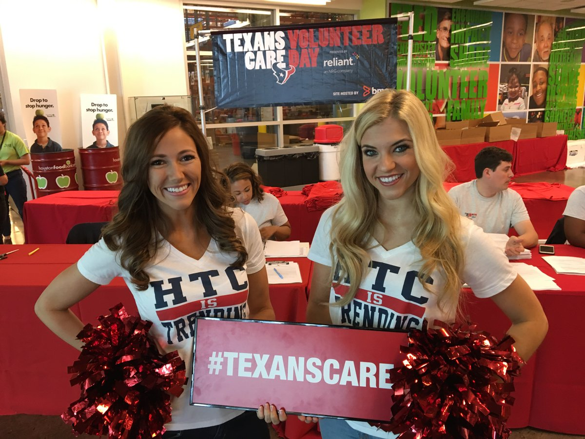 Hut, Hut, Hike! It's time for Texans Cares day at the food bank this morning! @HoustonTexans #TexansCare https://t.co/8wlcQ3ds0E