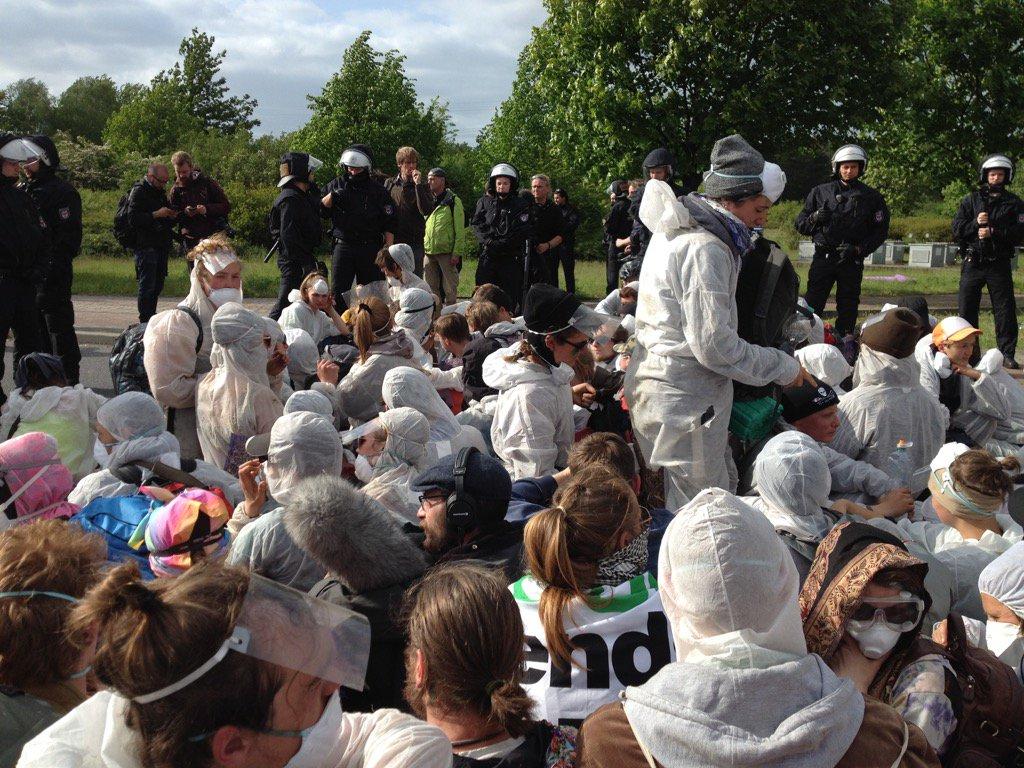 Around 70 people kettled on Vattenfall's power station grounds. #endegelaende https://t.co/KPcj4Ix9mc