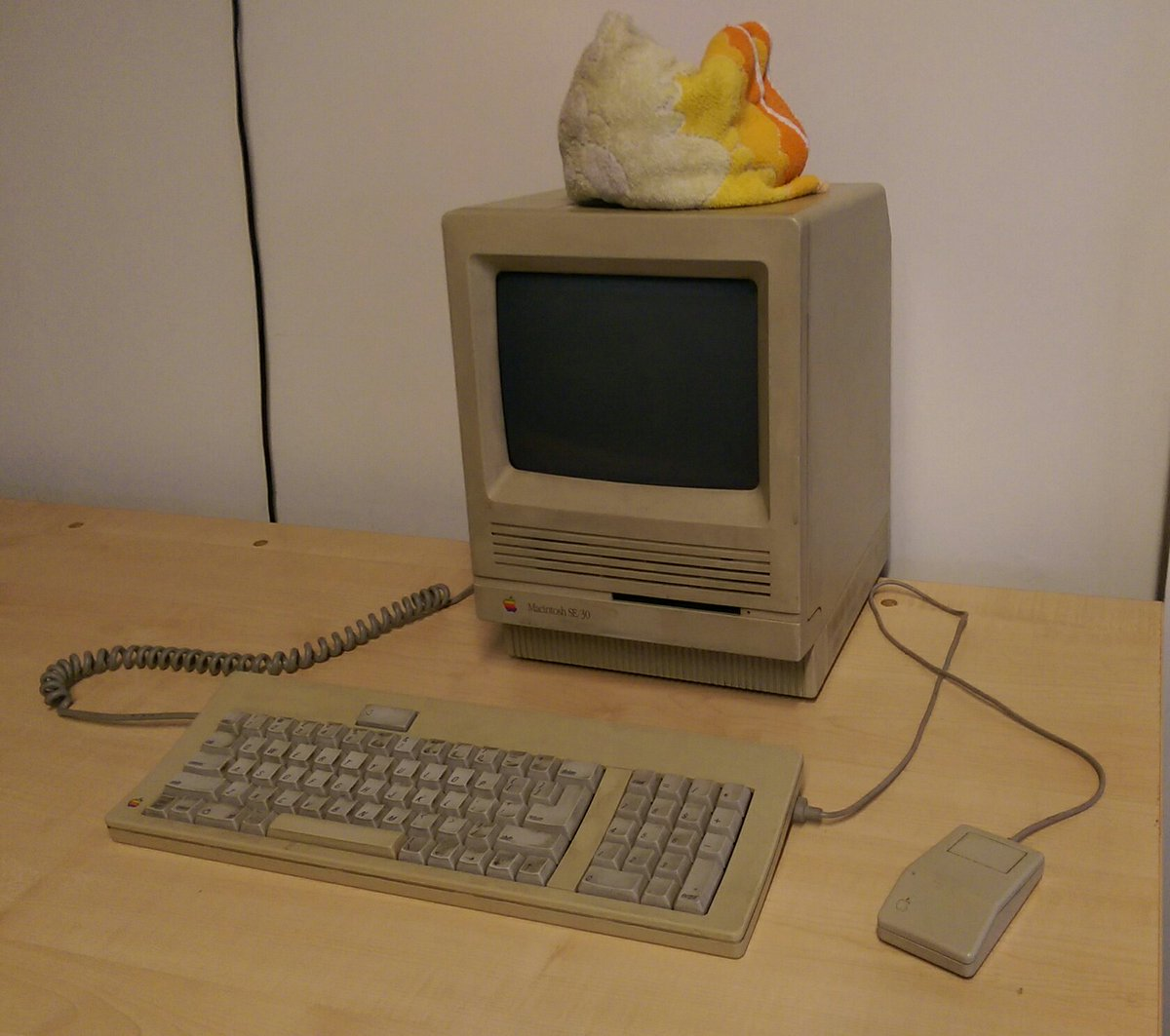 Douglas Adams' Apple Macintosh SE/30 is now at its new home at @computermuseum https://t.co/KqjcxUp61n