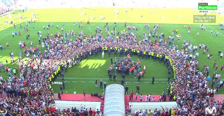 Задушить в объятиях. Как болельщики Барселоны поздравляли с чемпионством своих кумиров - изображение 3