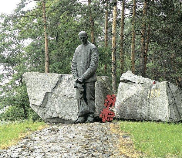 Сталинский режим стремился уничтожить элиту украинской нации. Быковня и кровавая паутина кладбищ составляют карту преступлений коммунизма, - Порошенко - Цензор.НЕТ 1879