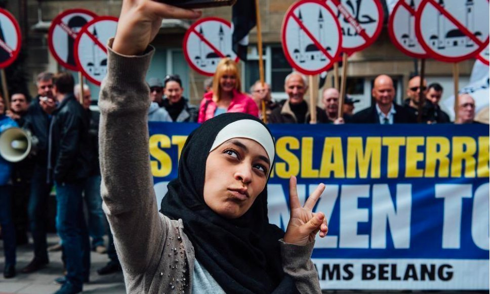 """The only way to """"hit"""" them is with peace. Epic move by 22yr old Belgian Zakia Belkhiri @rabiosaaloca #Islamophobia https://t.co/x5tOTnG94g"""