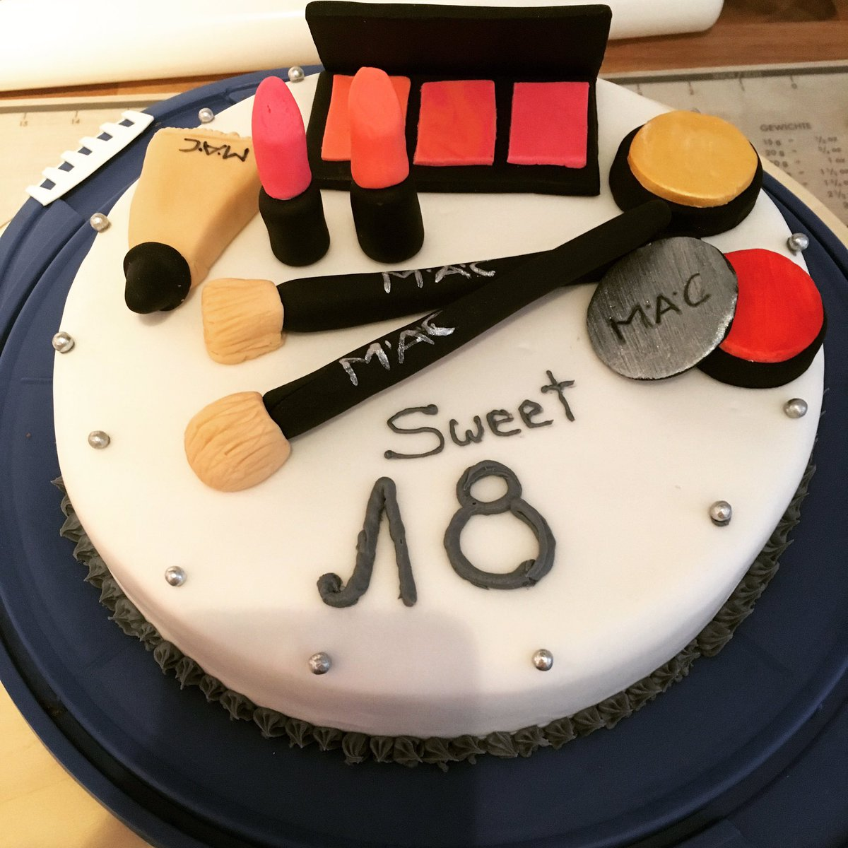 Goldene Geburtstag Kuchen Mit Nummer 18 Und Rosen Auf Dem Kuchen