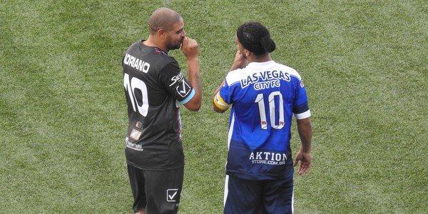 YouTube: Ronaldinho provoca un'invasione di campo in amichevole contro Adriano