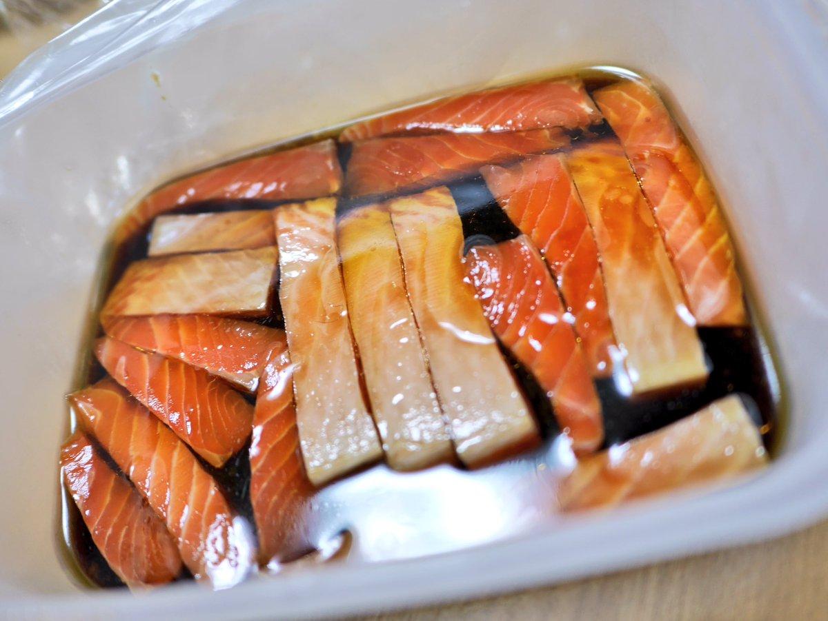 漬け丼 を作った。麺つゆとごま油を31で混ぜた液にお刺身サーモンを15分くらい漬けるだけ。 ごはん止まらないマン。 レシピ  photographypic.twitter.com/