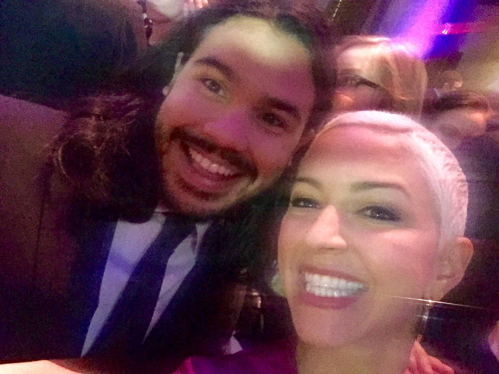 Latino/a TV stars at #PaleyTribute tonight fill my heart, pero this superstar @Tha_Los is m'ija's fave - ! #TheFlash https://t.co/Joo1dmlqgm