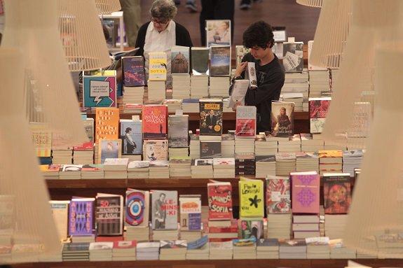 44% da população brasileira não lê e 30% nunca comprou um livro, aponta pesquisa #Estadão  https://t.co/KFY1yF7Mec https://t.co/udovkiUk7Z