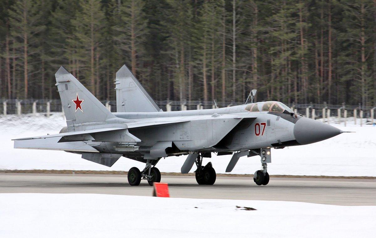 MiG-31 アメリカの核攻撃機が低空侵入にシフトしたから対応しようとしたら先代のMiG-25のレーダーは下方向が見えなくて役に立たないことが判明し生まれた世界初のフェーズド・アレイ・レーダー搭載戦闘機。メガネかけたようなもんか。