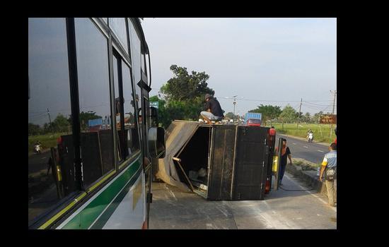 [Foto] Truk Terguling di Jalur Pantura Subang