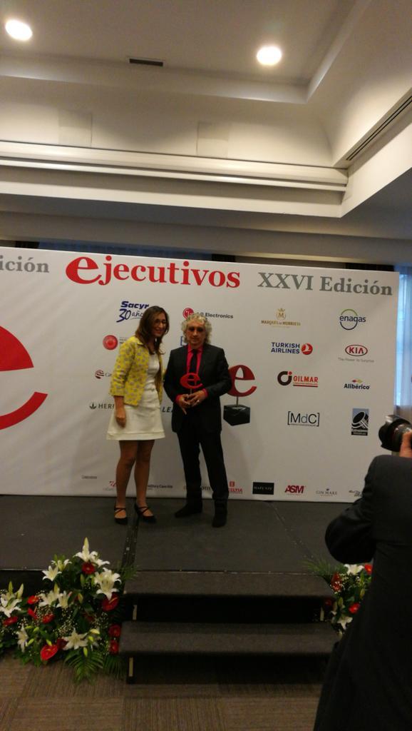 #PremiosEjecutivos entrega el premio a Luis Marco Sirvent @EXTMET empresario latinoamericano de referencia @Atrevia https://t.co/jdzzYVr7Cy