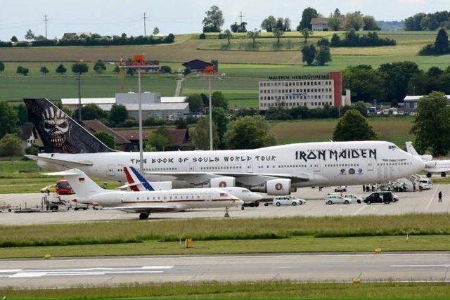 前: メルケル首相が乗るドイツ政府の飛行機 真ん中: オランド大統領が乗るフランス政府の飛行機 後ろ: ヘヴィメタルバンドのアイアン・メイデンの飛行機 チューリッヒ空港にてって https://t.co/oDXtcoJ4AM
